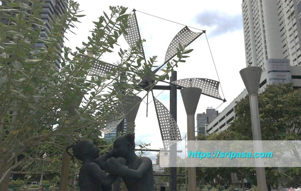 シーロム通りとナラティワート通りの交差点にある風車