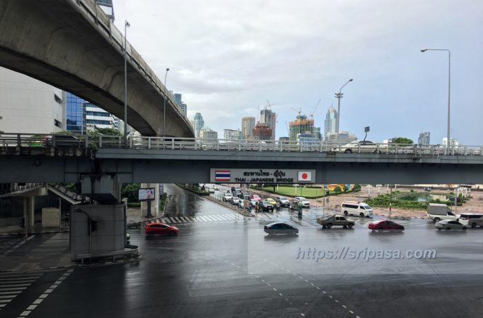 タイ・バンコクの「シーロム交差点」右手前にデュシタニ・バンコクがあり、右奥にルンピニ公園が広がる