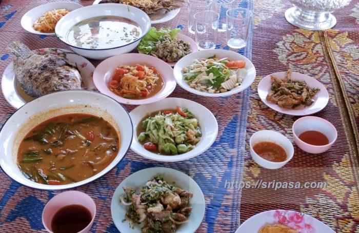 タイ東北部・ルーイ県の筏の上で食べたタイ料理