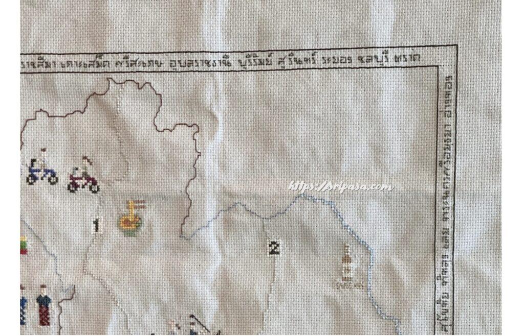 枠部分にタイ文字でタイの地名を刺繍した地図刺繍