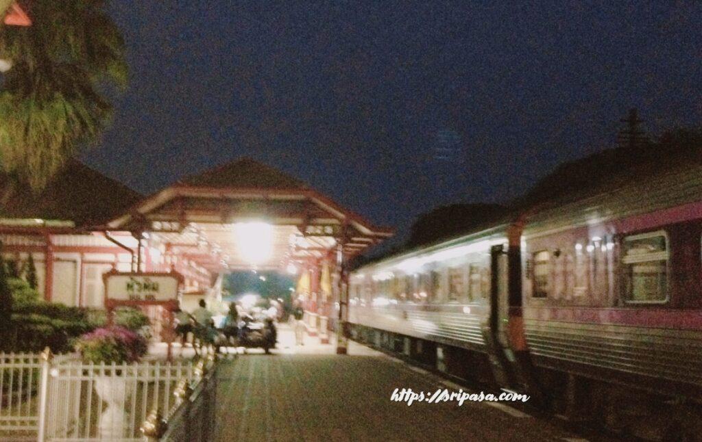 夜のタイ・ホアヒン駅